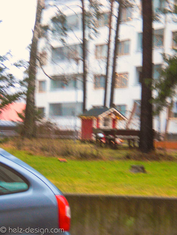 mittlerer Teil Perustie mit Mehrfamilienhäusern und geschmückten Gartenhäuschen