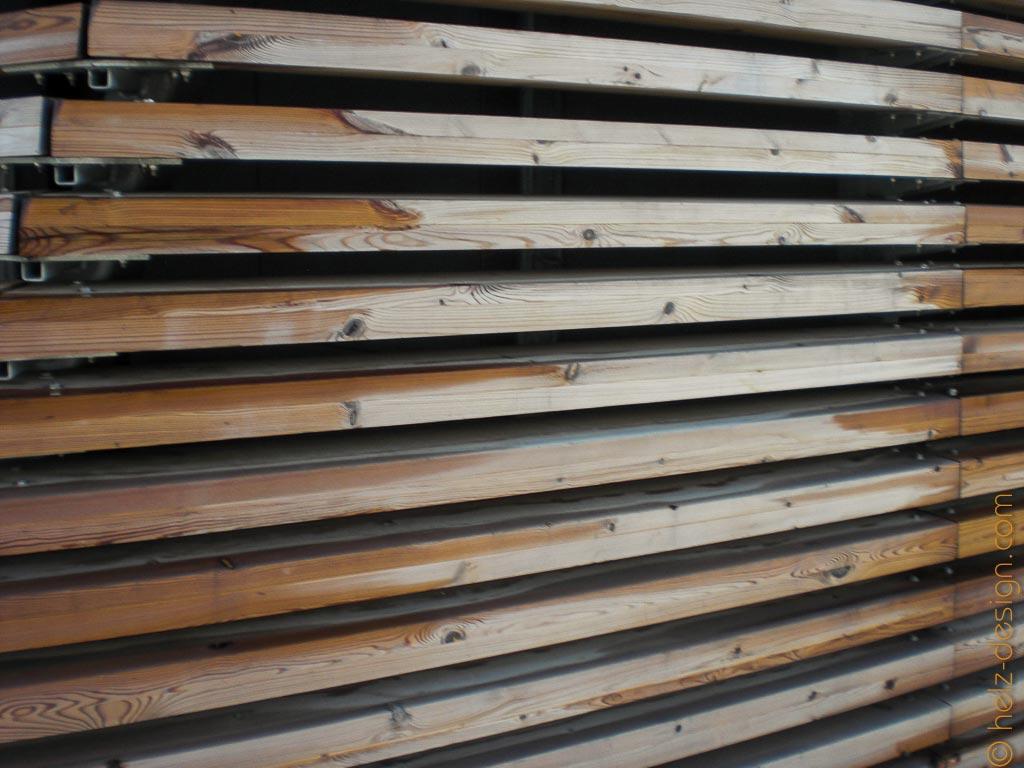 Holzverkleidung –durch die Lamellen kann man auch hindurchschielen.