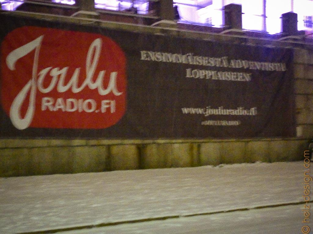 Werbung zu Füssen der Kirche – joulu radio – Weihnachtsradio