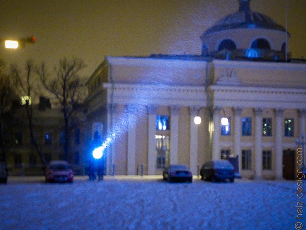 Schnee tanzt im Scheinwerferlicht