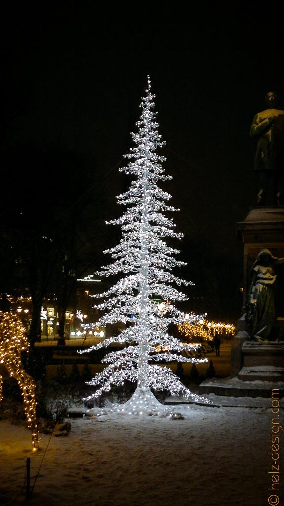 Baum und Deko um die Statue des Dichteres Johan Ludvig Runeberg.