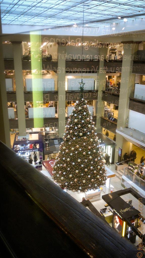 Inside Stockmann – da hängt der Baum von der Decke