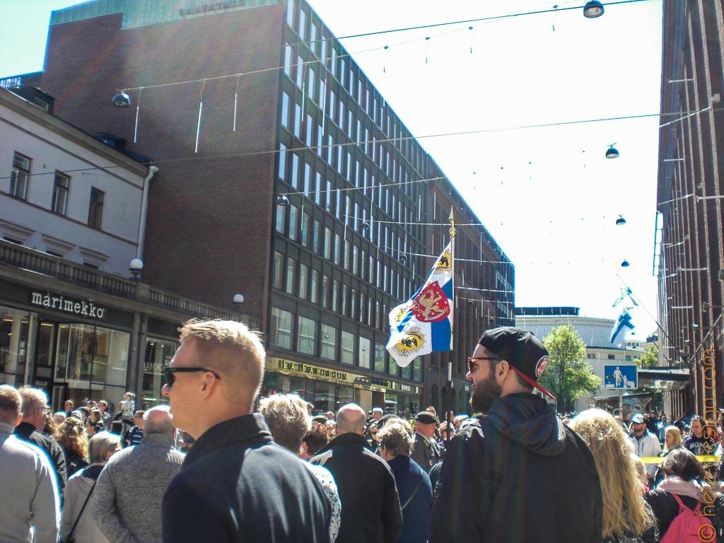 Parade an der Aleskanterinkatu – man kann nur eine Flagge sehen