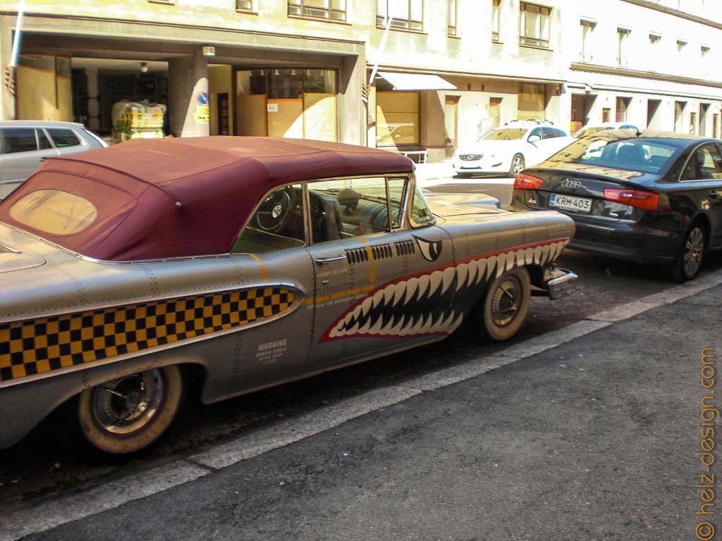 und am Straßenrand ein heißes Auto