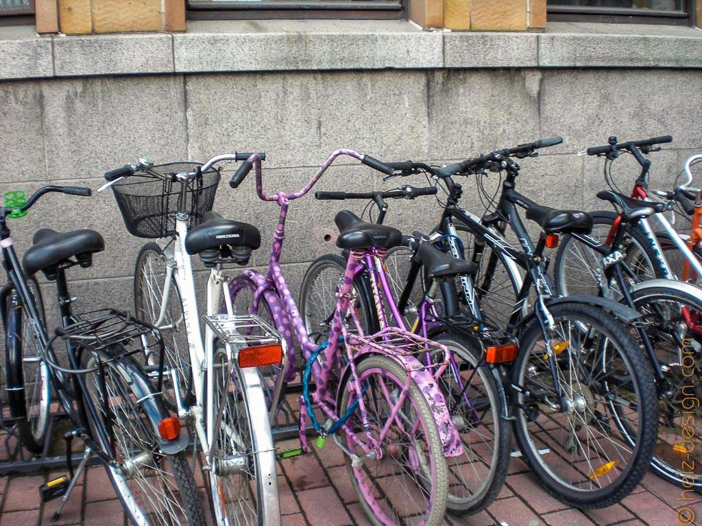 Fahrräder vor der Post