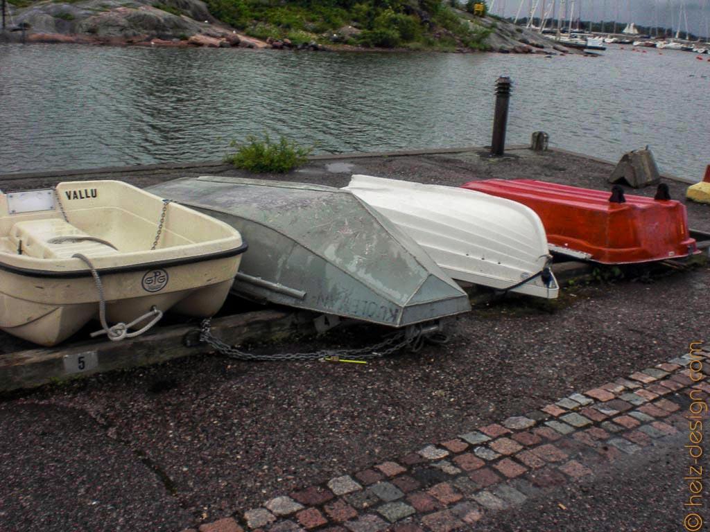 Boote am Cafe und die kleine Meerenge zu Sirpalesaari