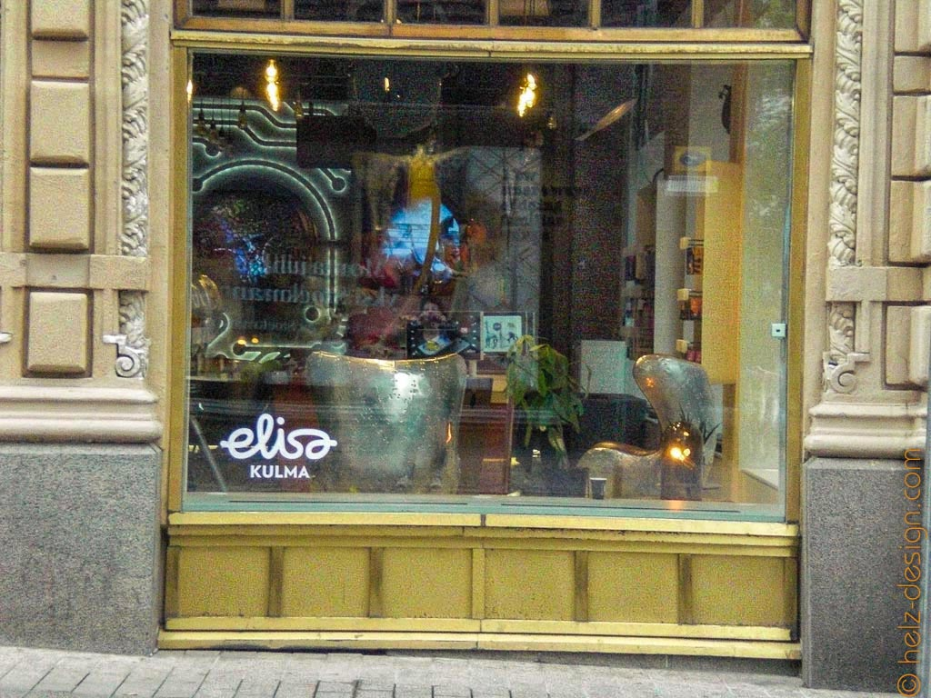Silberne Sessel im goldenen Fenster – elisa