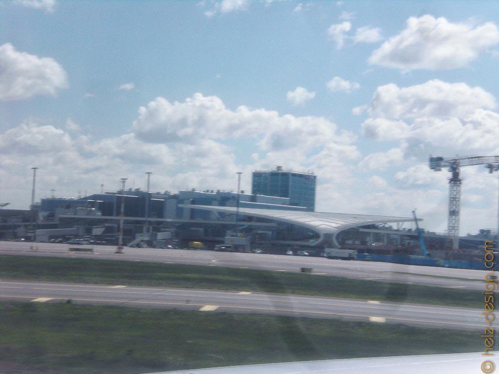 Flughafengebäude etwas rangezoomt