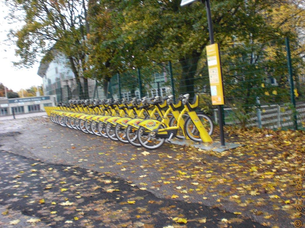 Fahrräder vor der Jäähalli