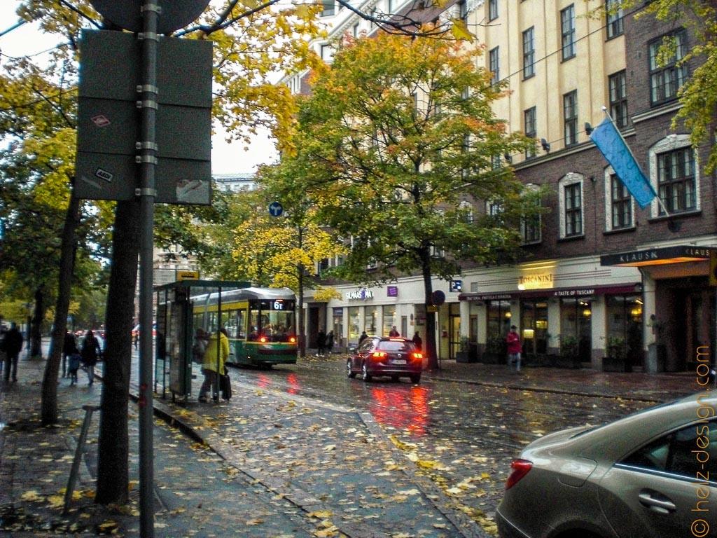 Diese Reflektionen der Autolampen auf der regennassen Straße :)