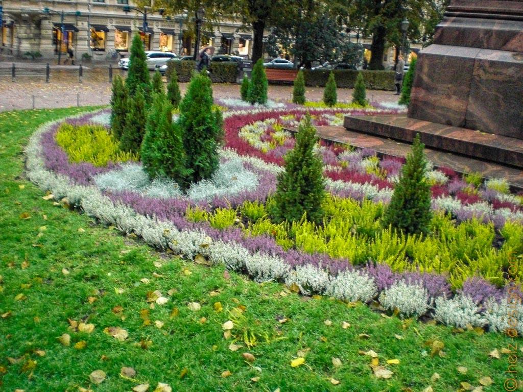 Herbstlicher Blumenschmuck um das Denkmal