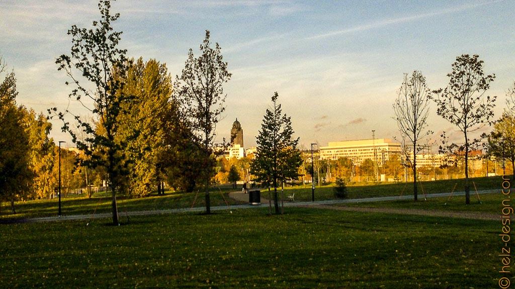 Töölönlahdenpuisto mit Blick zur Kallio Kirkko