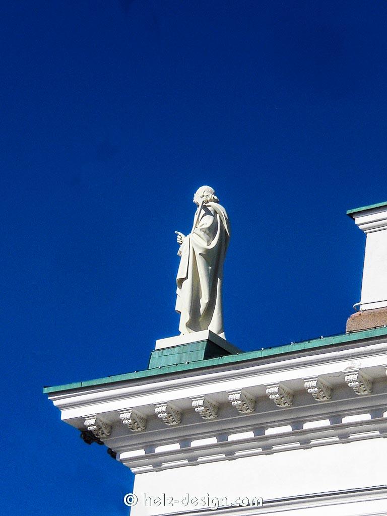 Tuomiokirkko – Apostel auf dem Dach