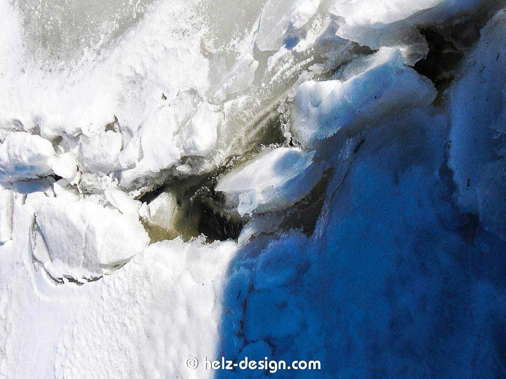 Eisblöck – man kann gut sehen, wie dick es gefroren ist