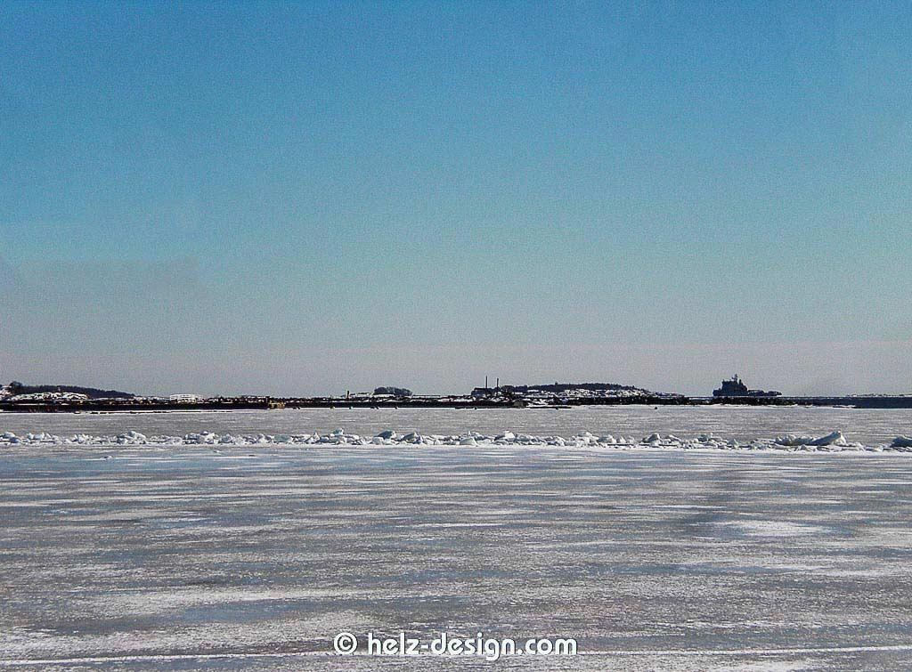 Eine kleine Fahrrinne im Eis