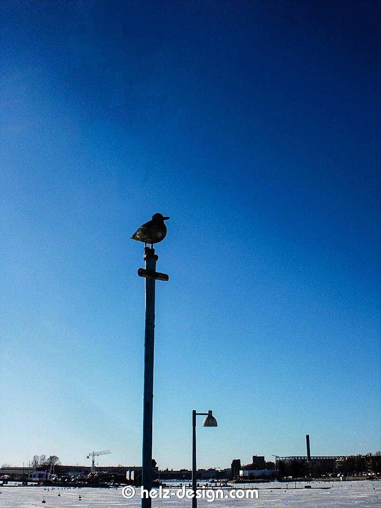 Auch hier wachen große Vögel über den Strand