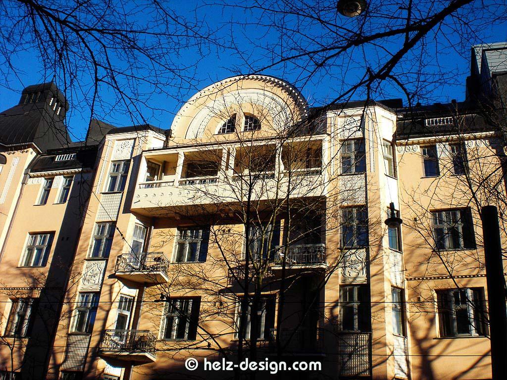 verschiedenartike Balkone und Dachausbauten