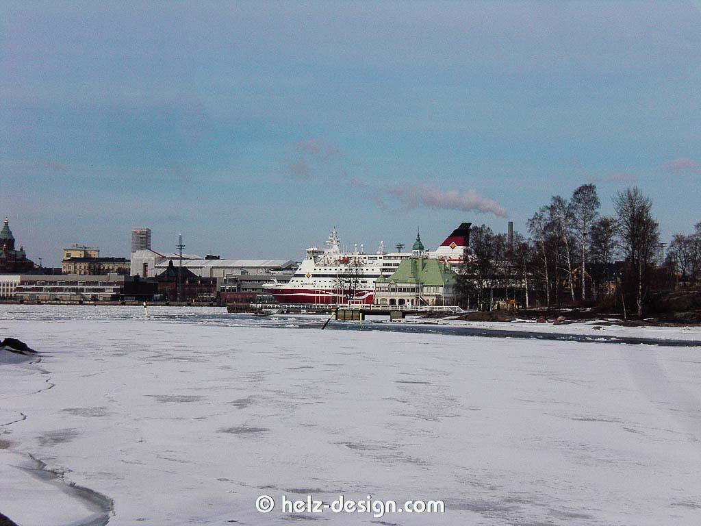Im Hintergrund ist die Uspenski Katedraali und das Fährschiff vor Katajanokka zu sehen