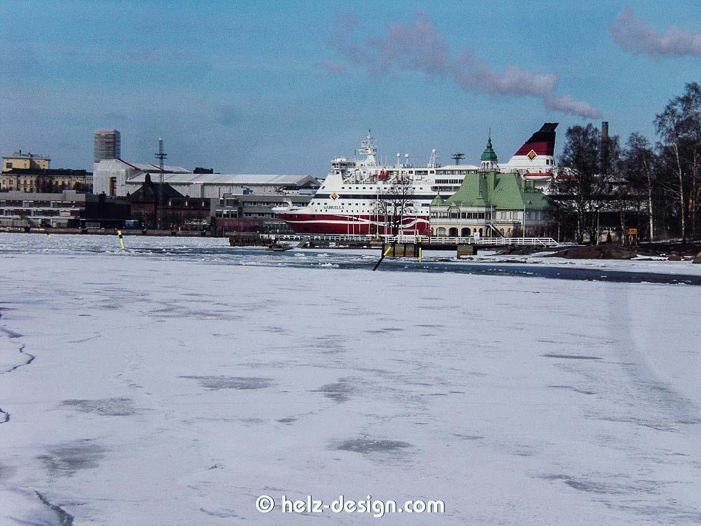 Das grüne Dach ist Valkosaari und dann das Fährschiff vor Katajanokka, der Rauch kommt von Sompasaari, hab auch erst gedacht: Fährschiffschornstein.