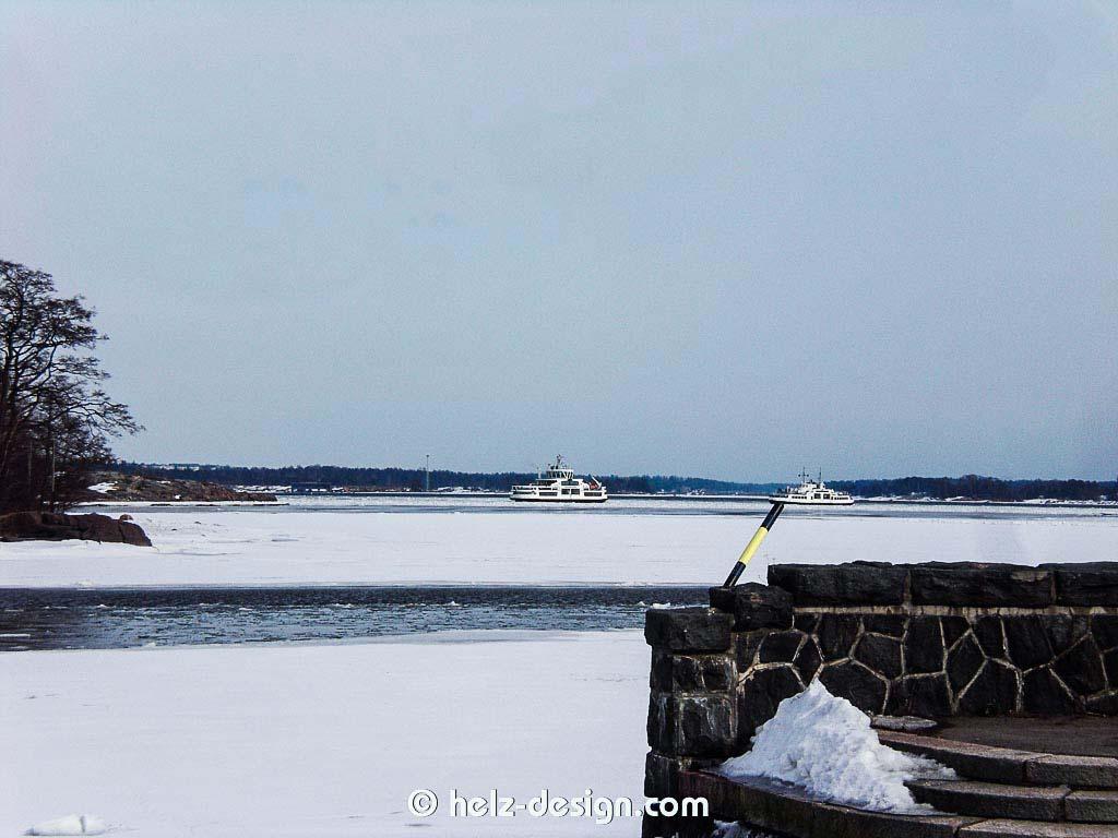 da hinten siehst du die unermütlichen Suomenlinnafähren …links fährt zur Suomenlinna, rechts kommt von Suomenlinna