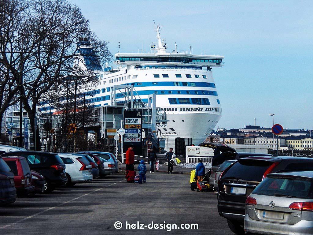 Parkplatz vorm Olympiaterminaali mit der großen Fähre von Silja Line