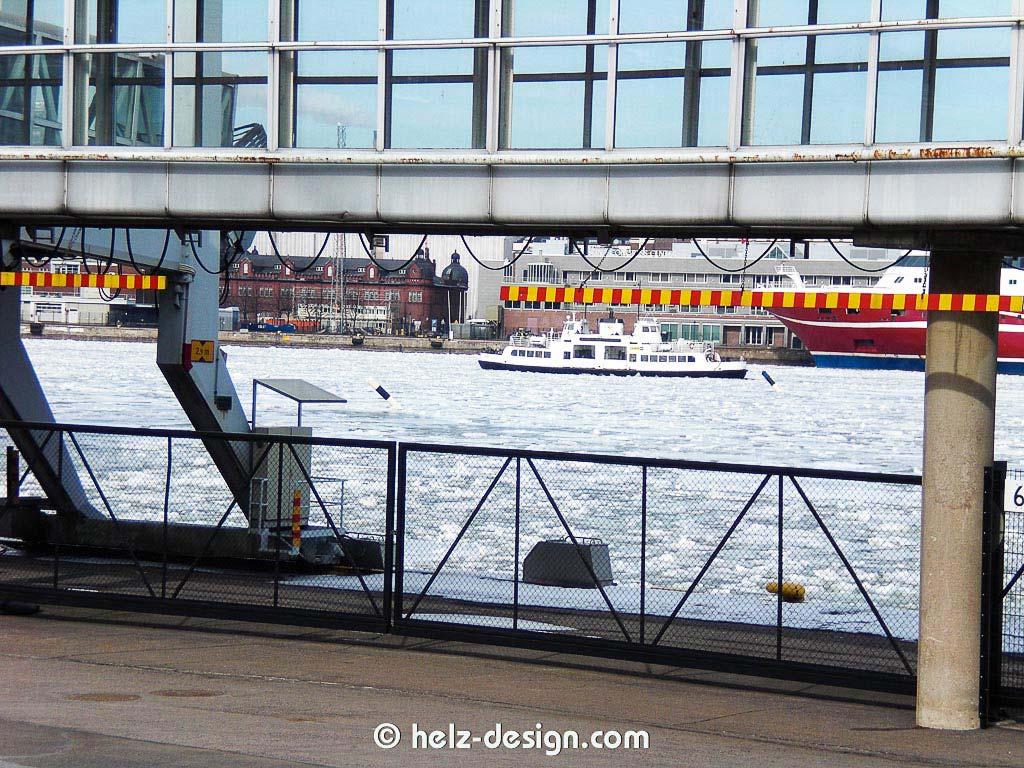 Hier kann man die Fahrgastbrücke und die Suomenlinnafähre sehen