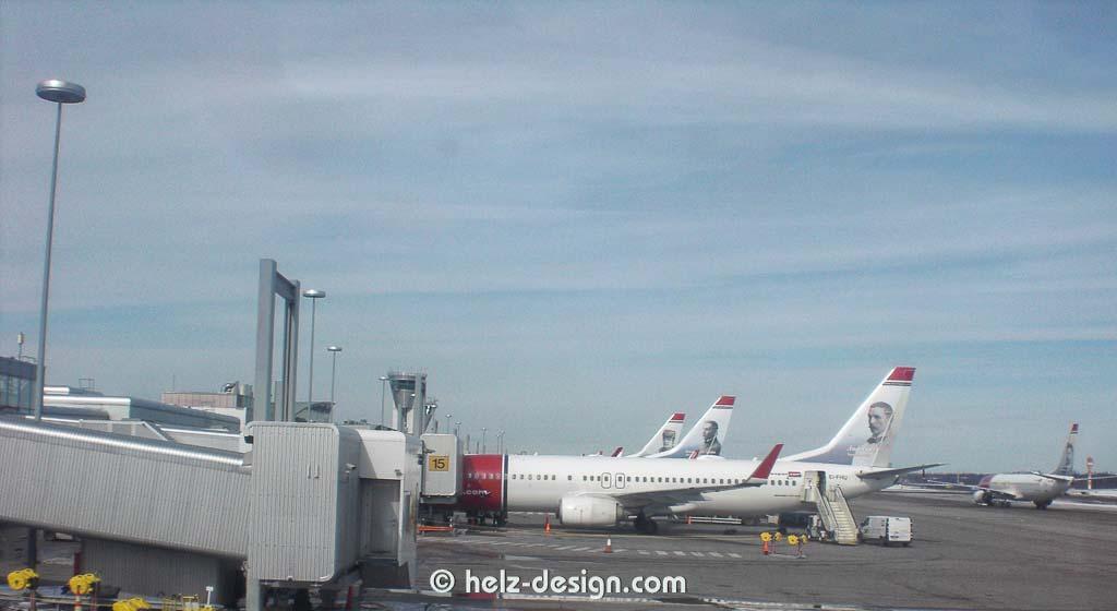 und Flugzeuge am Flughafen