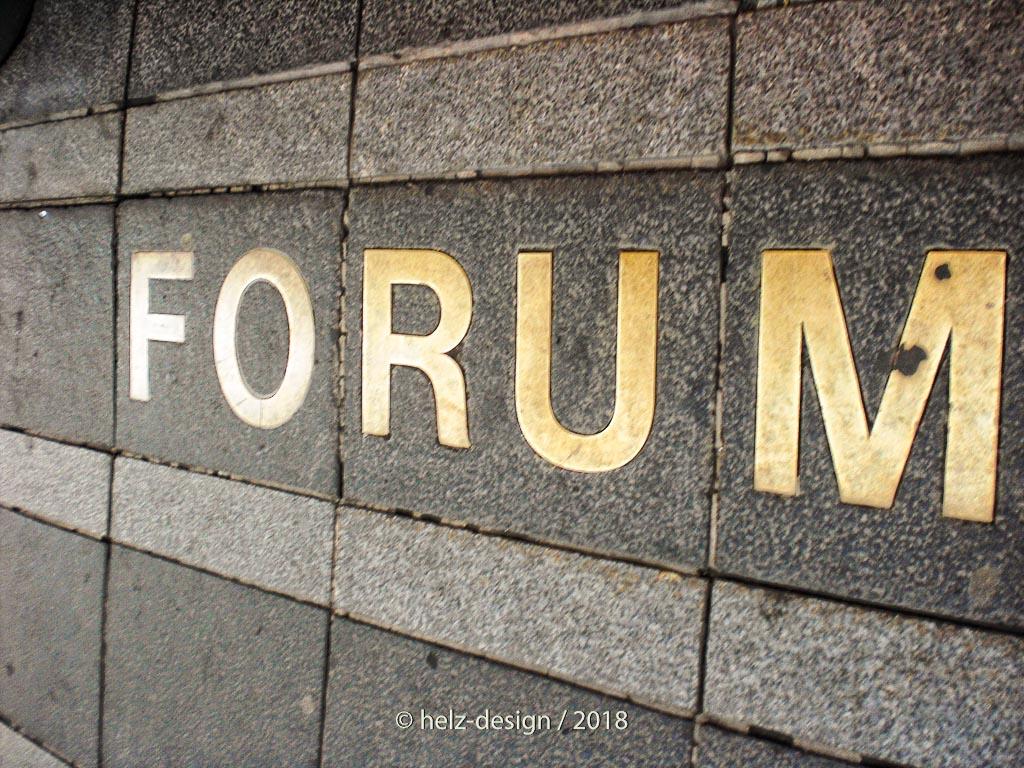 Oh Wunder – vorm Forum ist der Name ins Pflaster eingelassen