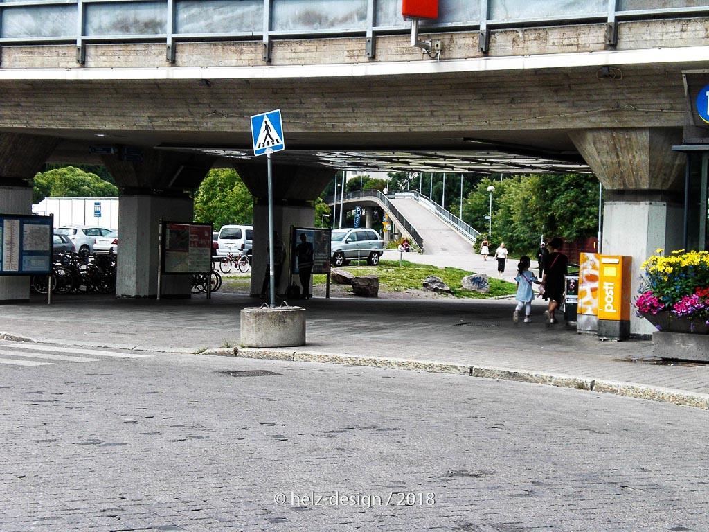 oben auf der Brücke fährt die Metro