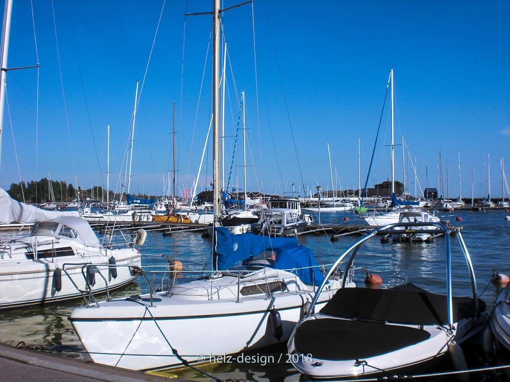 Segelboote liegen friedlich neben Motorbooten