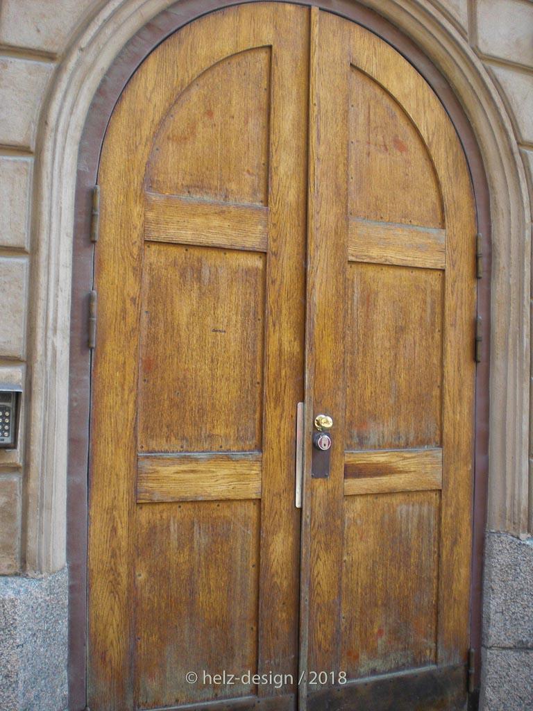große Türen, diese wird rechts und links von kleinen Metaltüren gerahmt