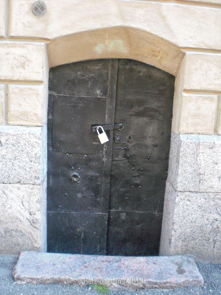 und die rechte Metalltüre – sieht man am unterschiedlichen Schloss