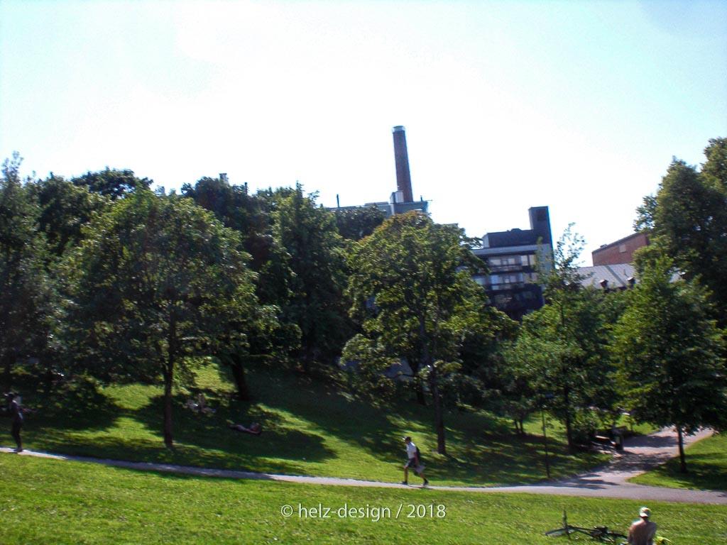 Sinebrychoffin puisto –im Hintergrund Brauereischornstein