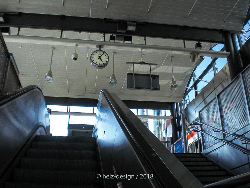 hier gibt es nur kurze Rolltreppen – um 17:05