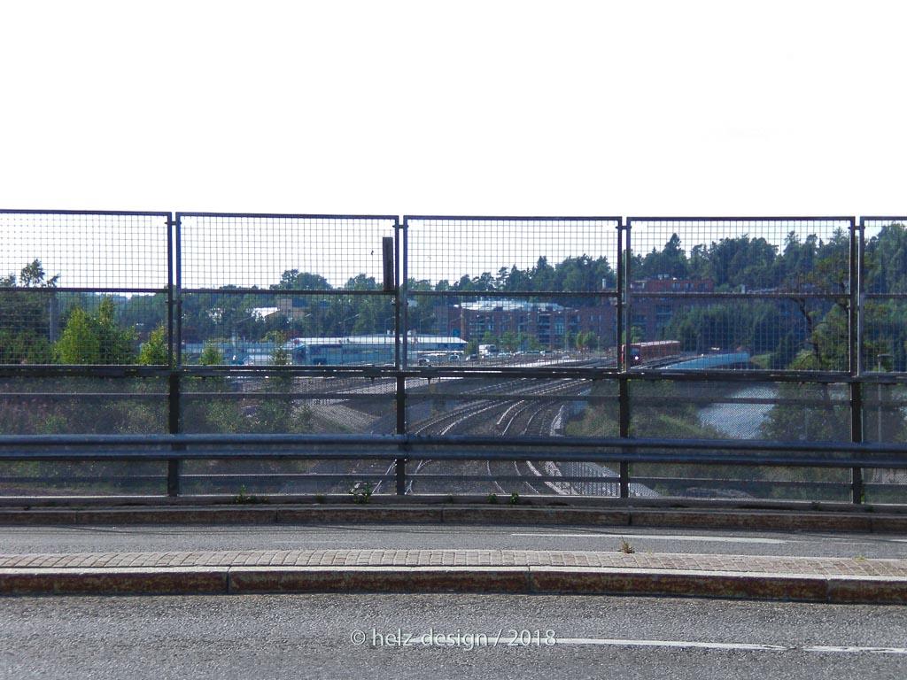 Auf der Karavaansilta kann man die Metro über die Vuosaarensilta einfahren sehen.