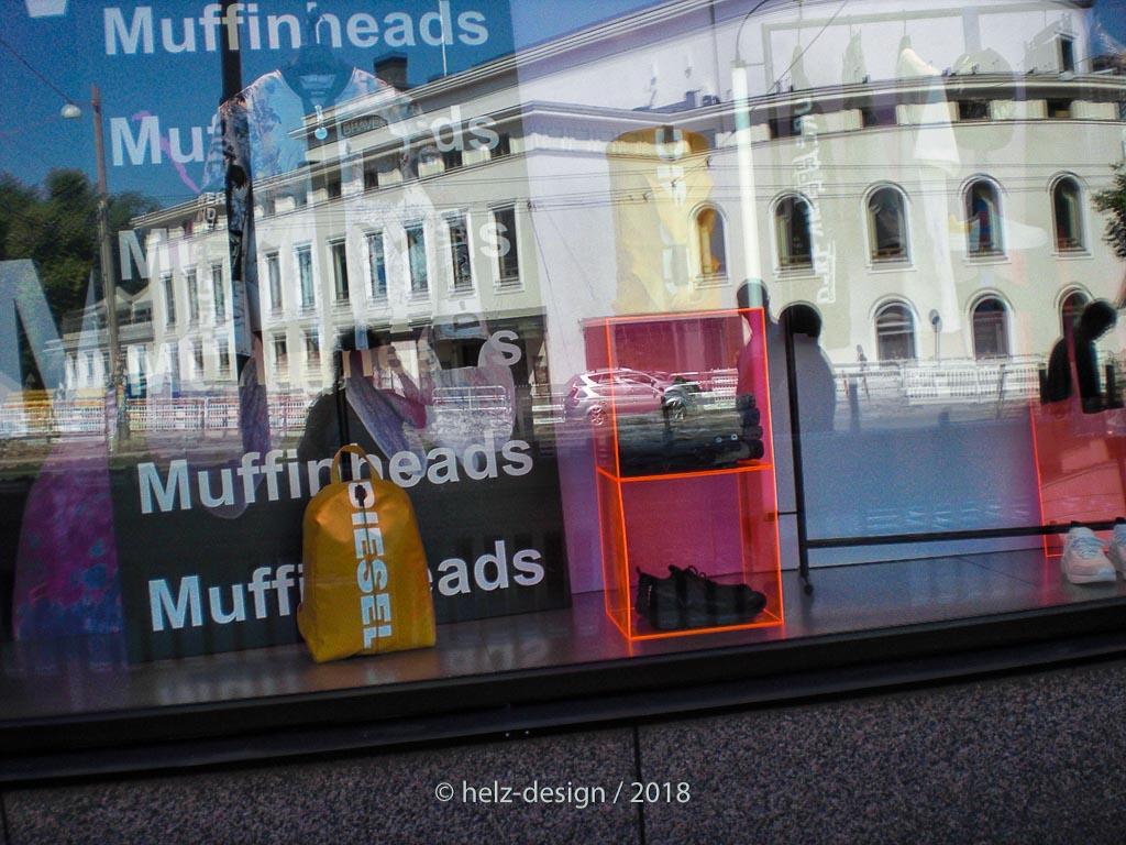 Das Schaufenster von Diesel-Mansku – leider drängt sich das Svenska Teattern  in die Spiegelung