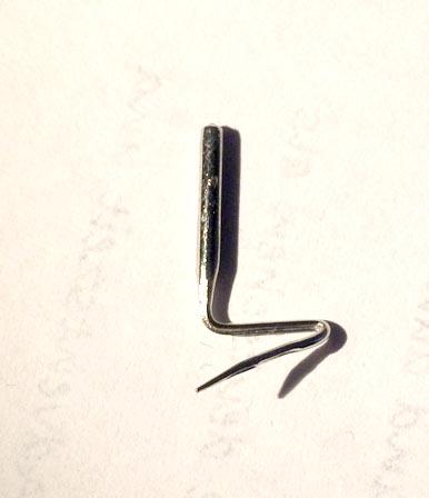 Diese Nadel hat es niedergerafft, fragt nicht wie sie sich verbiegen konnte, Stoff war ihr zu dick