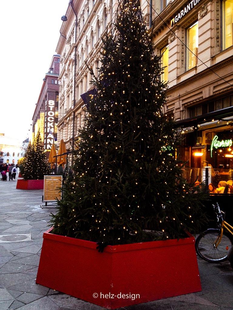 Blinkende Weihnachtsbäume auf der ganzen Straße