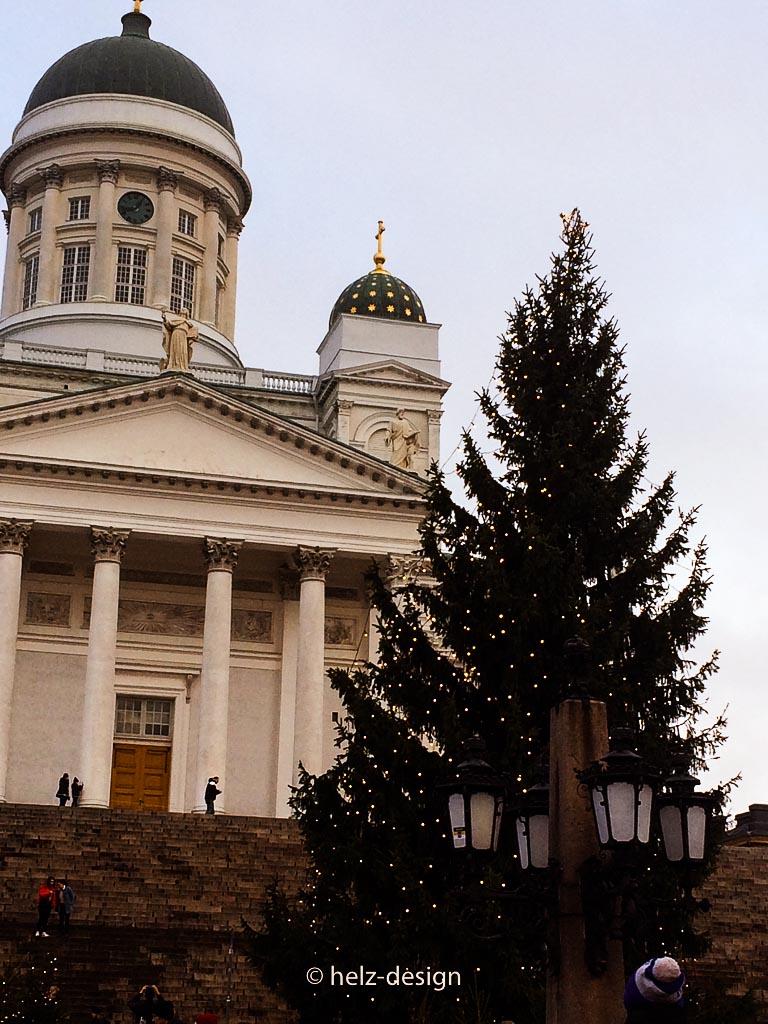Tuomiokirkko mit riesem Weihnachtsbaum