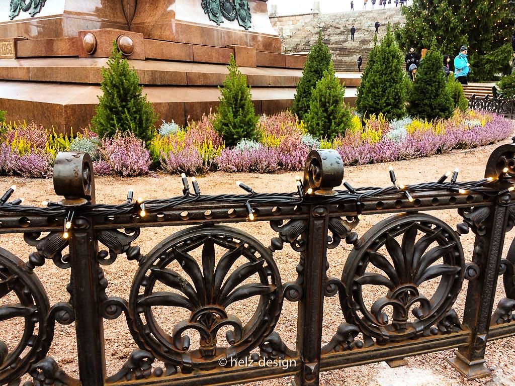 Lichterketten am Zaun um die Statue