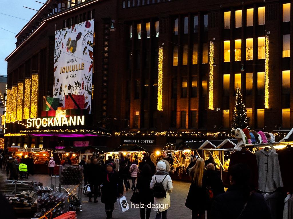 Stockmann und der kleine Weihnachtsmarkt an den drei Schmieden –Kolme Sepää