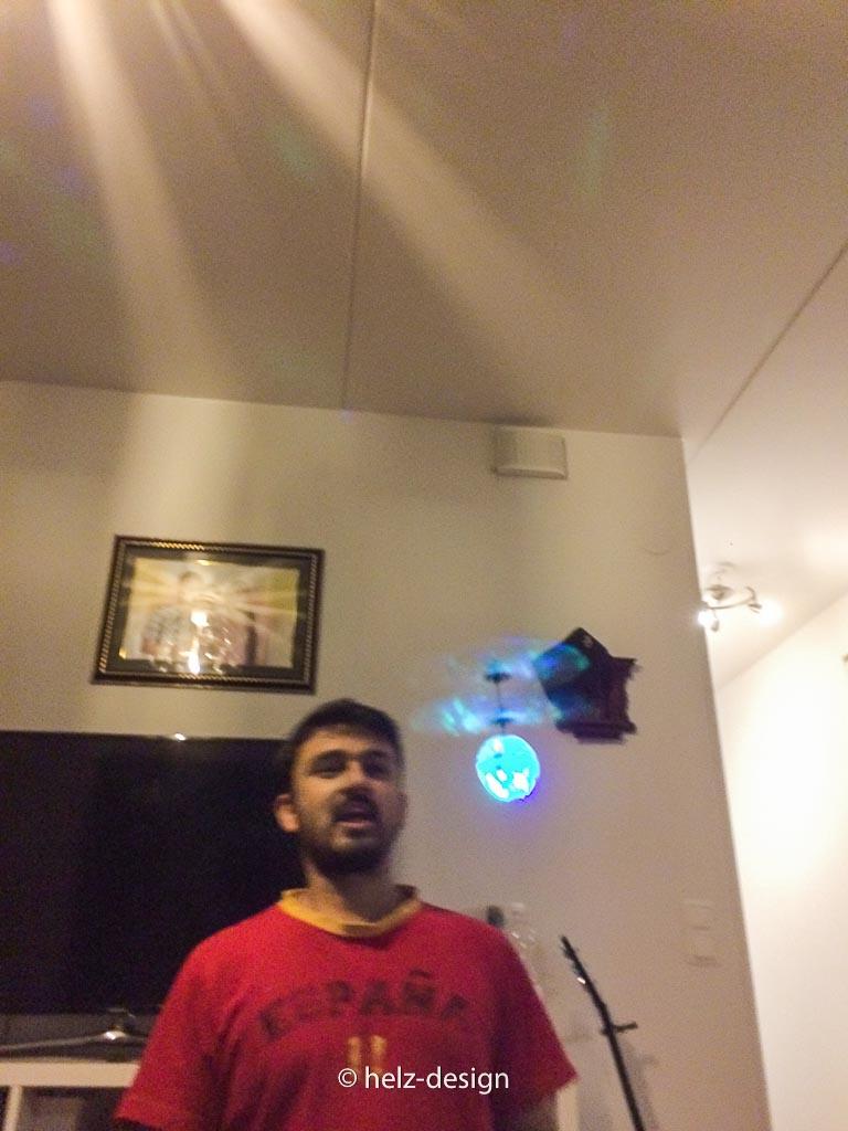Bijay und die heimische Drohne – es fliegt es glitzert und es surrt