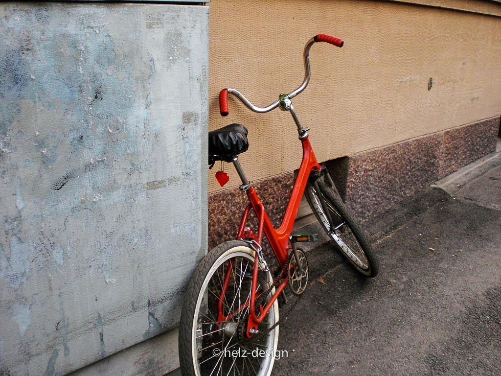 Meritullinkatu: Fahrrad an der Wand