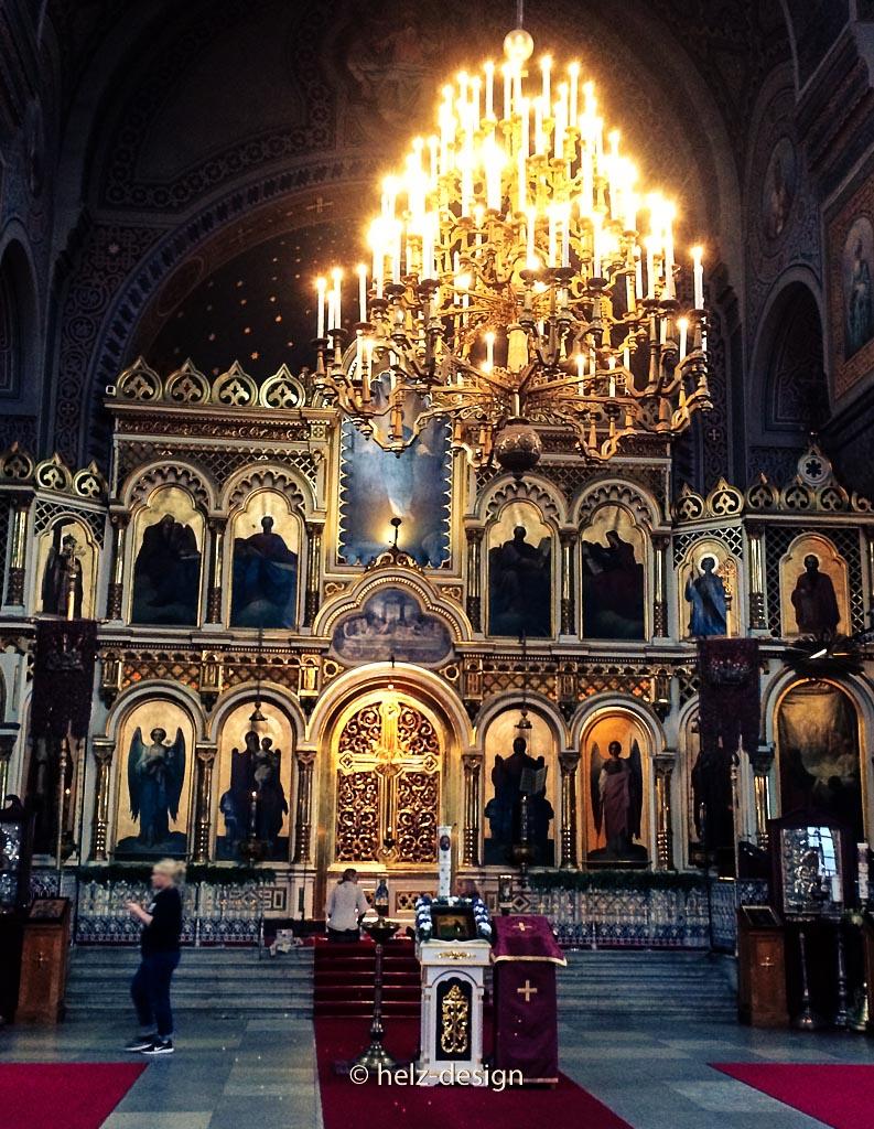 Kronleuchter vorm Altar