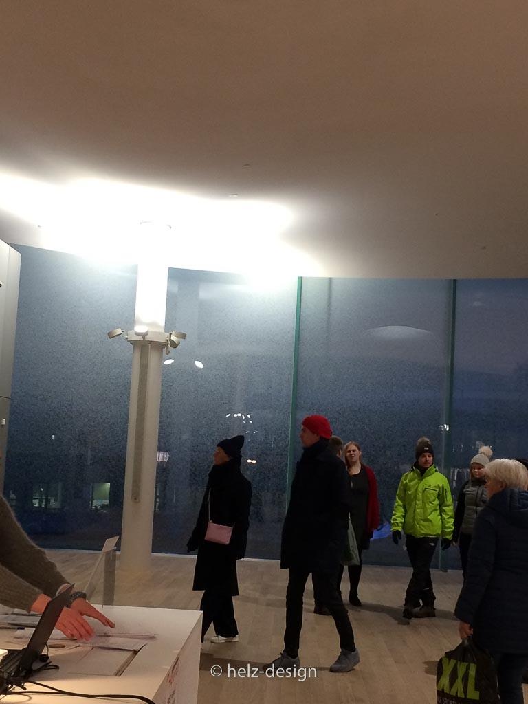 Viele Menschen schauen die neue Bibliothek an