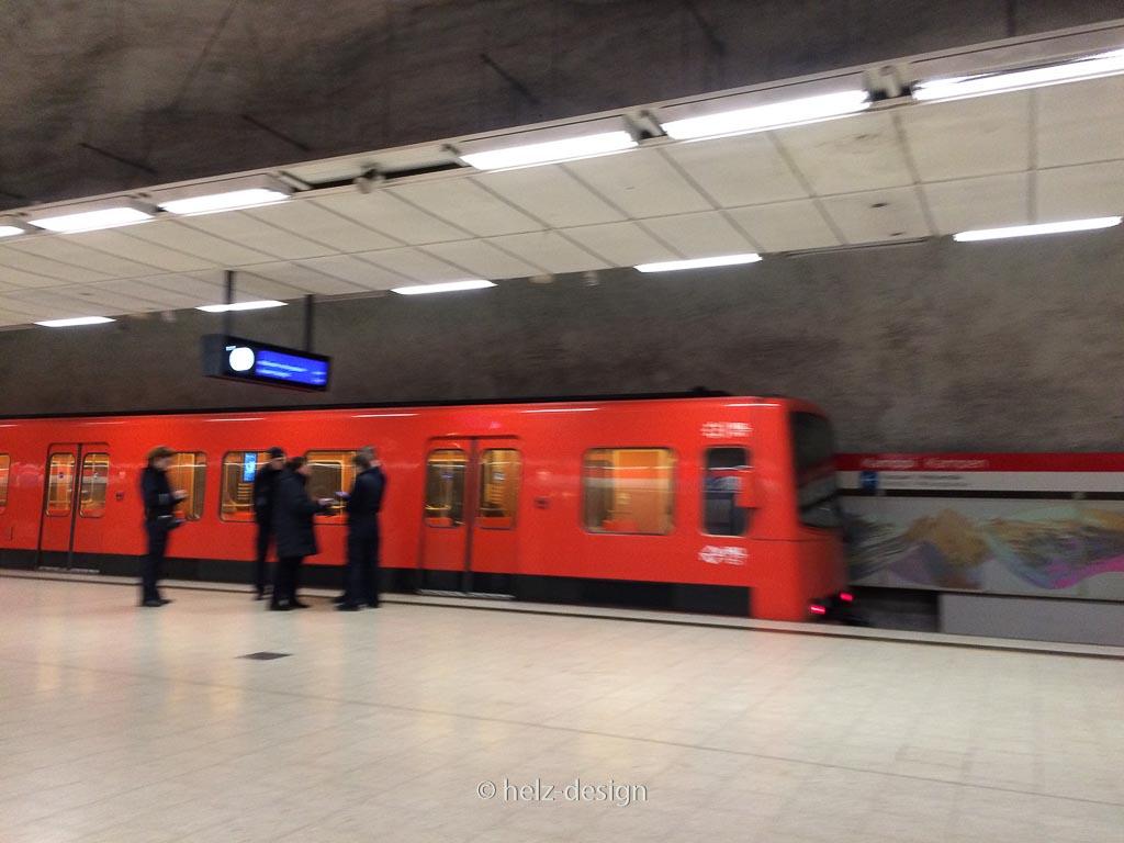 Unbeeindruckt fährt die Metro weiter