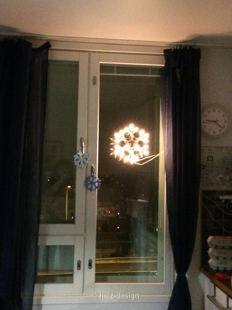 Leuchtender Stern in Helsinki mit Schneeflocken aus Berlin