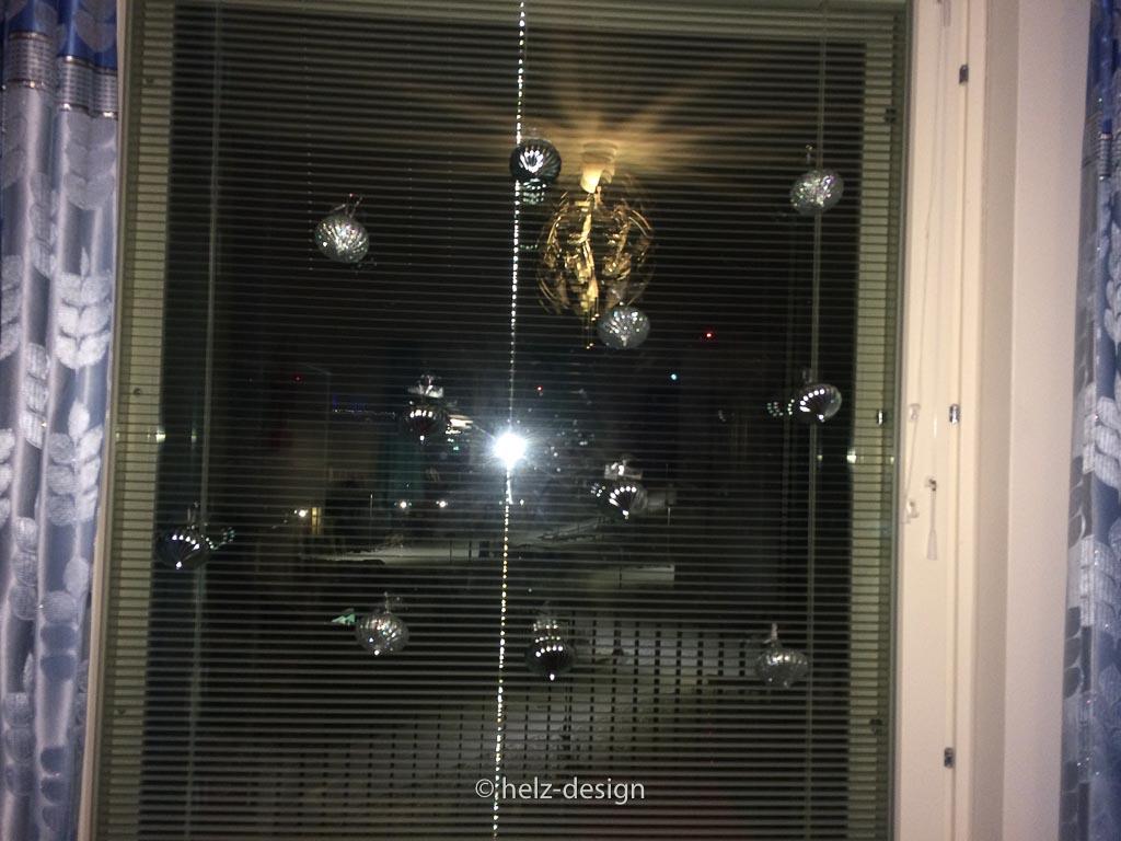 Ein Fenster voller Kugeln
