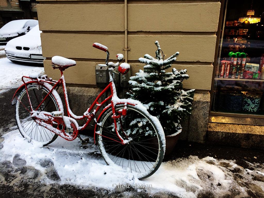 ein rotes verschneites Fahrrad