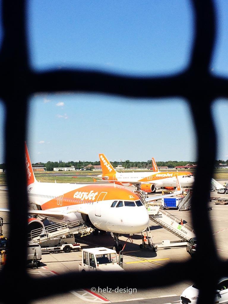 Sie warten auf mich –easyJet Jets
